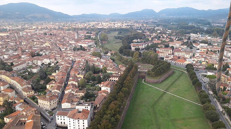 Volo sulla città di Lucca
